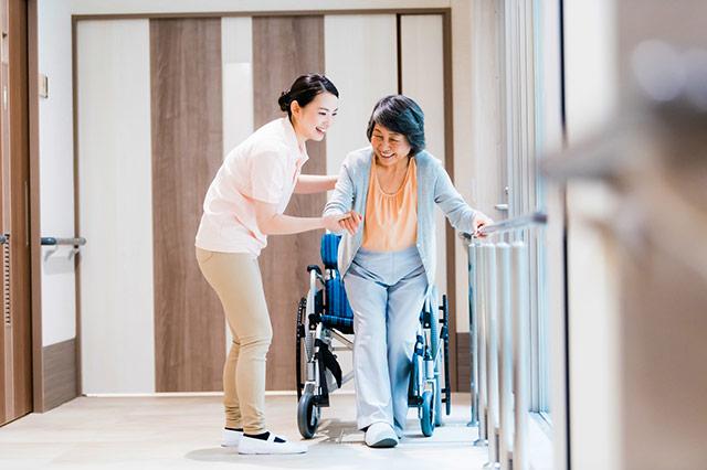 歩行を補助してくれる介護用品 ピックアップ歩行器とは